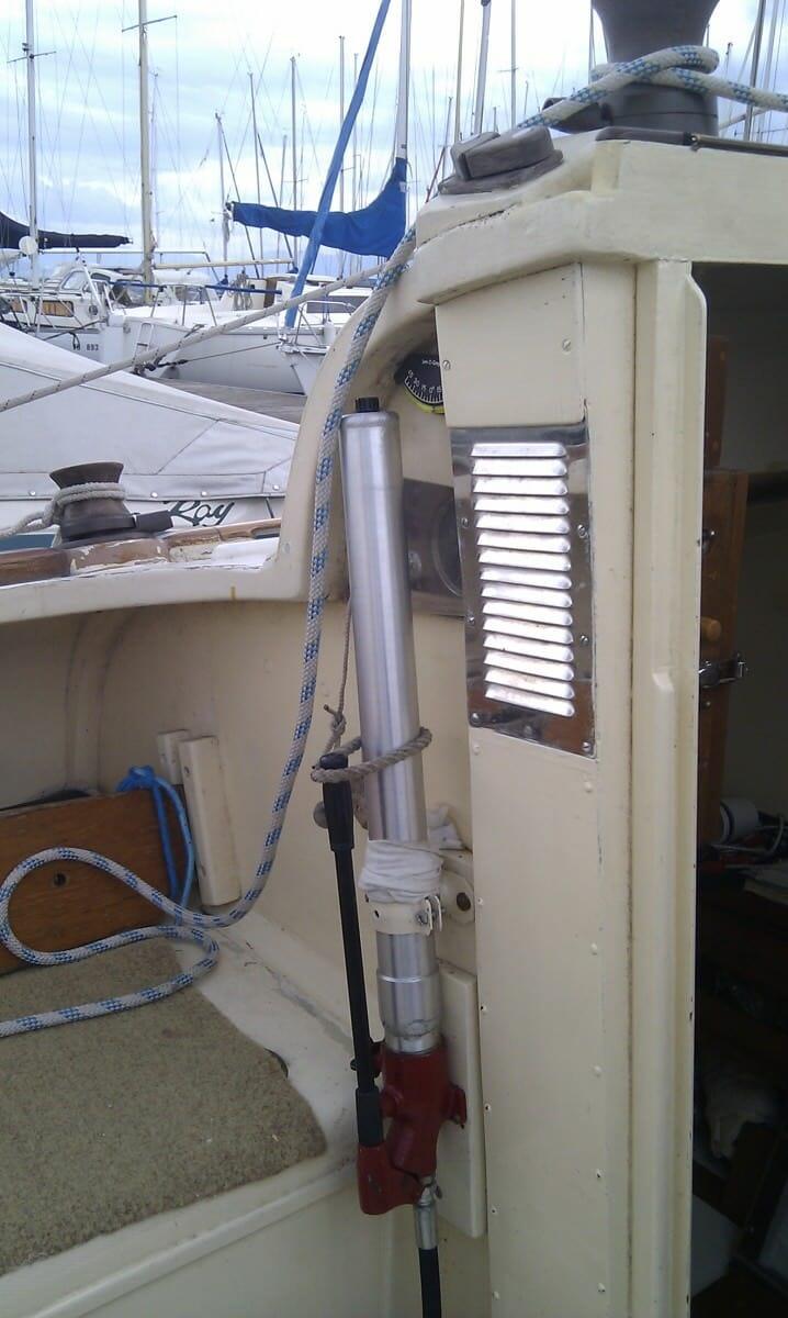 Hydraulic keel lifting gear on A89