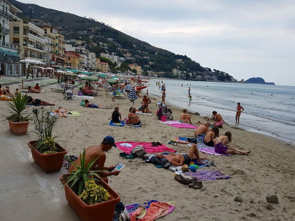 Alassio was busy but it was to prove difficult to find somewhere to eat.