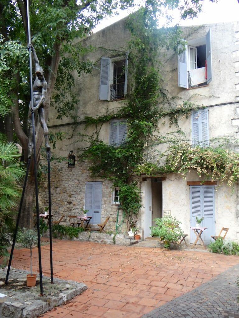 Beautiful B&B, courtyard and statue