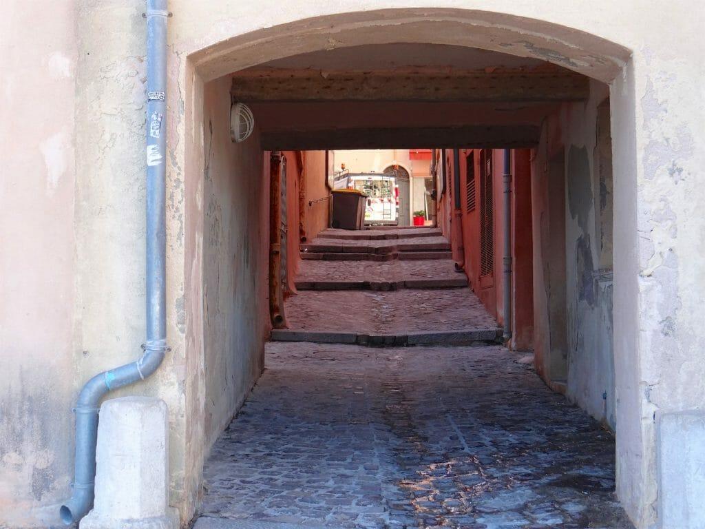 St Tropex alleyway