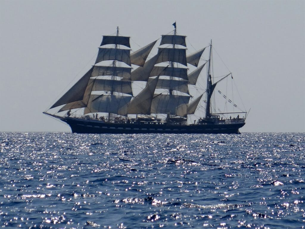 Squaresails going the other way.